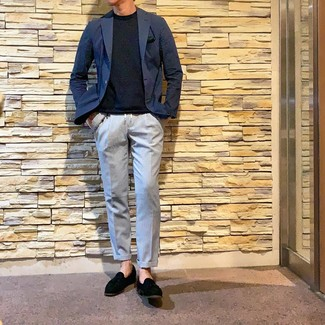 Comment porter: blazer bleu marine, t-shirt à col rond bleu marine, pantalon chino bleu clair, mocassins à pampilles en daim noirs