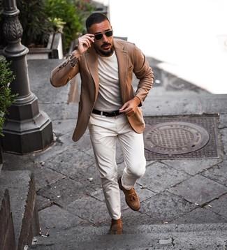Comment porter: blazer marron clair, t-shirt à col rond blanc, pantalon chino blanc, mocassins à pampilles en daim marron