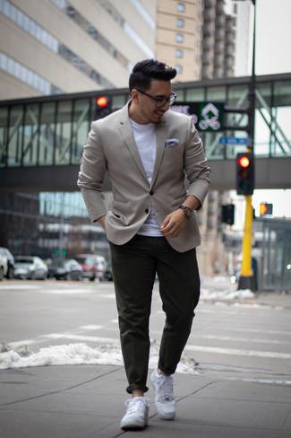 Comment porter un pantalon chino vert foncé: Associe un blazer gris avec un pantalon chino vert foncé pour un look idéal au travail. Si tu veux éviter un look trop formel, choisis une paire de des baskets basses en cuir blanches.
