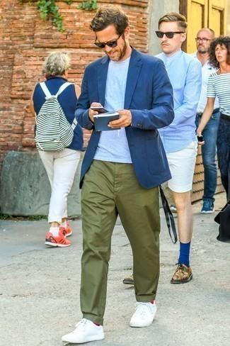 Comment porter un blazer avec un pantalon chino: Marie un blazer avec un pantalon chino si tu recherches un look stylé et soigné. Tu veux y aller doucement avec les chaussures? Opte pour une paire de des baskets basses en cuir blanches pour la journée.