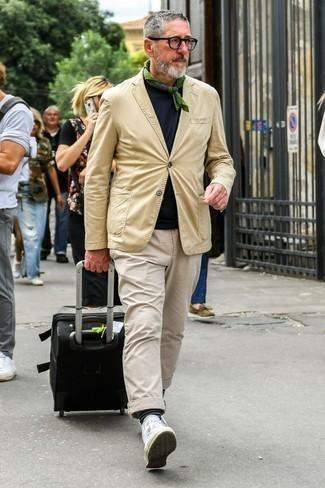 Comment porter un blazer marron clair: Harmonise un blazer marron clair avec un pantalon chino beige pour prendre un verre après le travail. Jouez la carte décontractée pour les chaussures et assortis cette tenue avec une paire de des baskets montantes en toile blanches.