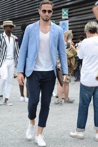 Comment porter des baskets basses blanches à 20 ans: Marie un blazer bleu clair avec un pantalon chino bleu marine pour créer un look chic et décontracté. D'une humeur créatrice? Assortis ta tenue avec une paire de des baskets basses blanches.