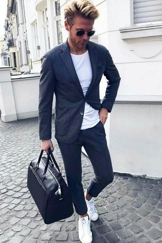 Comment porter un fourre-tout en cuir noir: Marie un blazer en tricot gris foncé avec un fourre-tout en cuir noir pour un look confortable et décontracté. Assortis cette tenue avec une paire de des baskets basses blanches pour afficher ton expertise vestimentaire.
