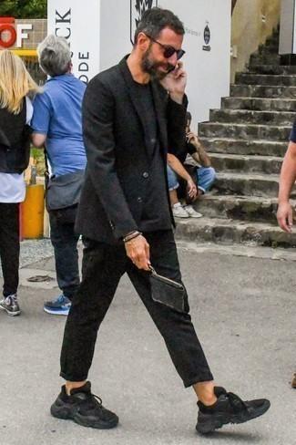 Comment porter une pochette en cuir noire: Pour une tenue aussi confortable que ton canapé, porte un blazer noir et une pochette en cuir noire. Une paire de des chaussures de sport noires est une option astucieux pour complèter cette tenue.