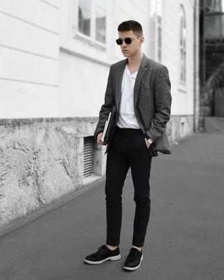 Comment porter un blazer en laine gris foncé: Opte pour un blazer en laine gris foncé avec un pantalon chino noir si tu recherches un look stylé et soigné. D'une humeur créatrice? Assortis ta tenue avec une paire de des chaussures derby en cuir noires et blanches.