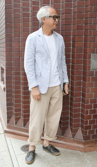 Comment porter un pantalon chino marron clair: Pense à harmoniser un blazer bleu clair avec un pantalon chino marron clair pour achever un look habillé mais pas trop. Décoince cette tenue avec une paire de des baskets basses en cuir noires.
