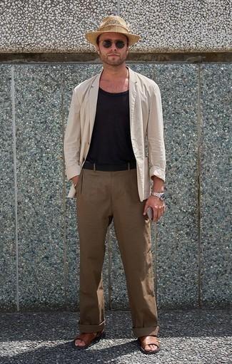 Comment porter une ceinture en toile noire: Pense à harmoniser un blazer beige avec une ceinture en toile noire pour un look confortable et décontracté. Tu veux y aller doucement avec les chaussures? Complète cet ensemble avec une paire de des sandales en cuir marron pour la journée.