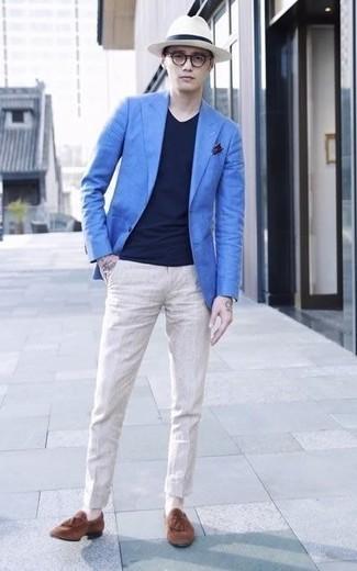 Comment porter un blazer bleu: Perfectionne le look chic et décontracté avec un blazer bleu et un pantalon chino beige. Jouez la carte classique pour les chaussures et fais d'une paire de des mocassins à pampilles en daim marron ton choix de souliers.