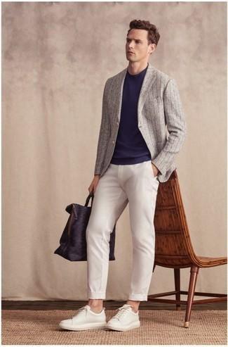 Comment porter un t-shirt à col rond bleu marine: Marie un t-shirt à col rond bleu marine avec un pantalon chino blanc pour une tenue confortable aussi composée avec goût. Une paire de des baskets basses en cuir blanches est une option judicieux pour complèter cette tenue.