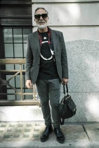 Comment porter une besace en toile noire: Un blazer gris et une besace en toile noire sont ta tenue incontournable pour les jours de détente. Choisis une paire de des chaussures derby en cuir noires pour afficher ton expertise vestimentaire.