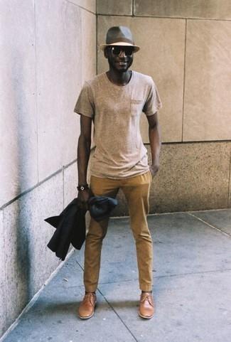 Comment porter des chaussures derby en cuir marron clair: Harmonise un blazer bleu marine avec un pantalon chino marron clair pour un look idéal au travail. Jouez la carte classique pour les chaussures et termine ce look avec une paire de des chaussures derby en cuir marron clair.