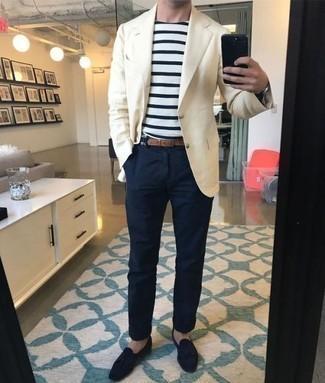 Comment porter un blazer beige: Marie un blazer beige avec un pantalon chino bleu marine si tu recherches un look stylé et soigné. Complète cet ensemble avec une paire de des mocassins à pampilles en daim bleu marine pour afficher ton expertise vestimentaire.