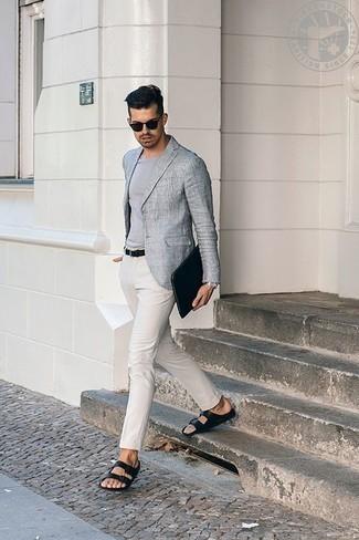Comment s'habiller à 30 ans: Associe un blazer gris avec un pantalon chino blanc pour prendre un verre après le travail. Si tu veux éviter un look trop formel, complète cet ensemble avec une paire de des sandales en cuir noires.