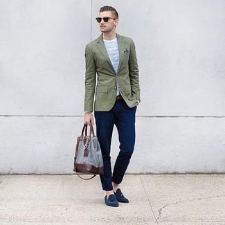 Comment porter des mocassins à pampilles en daim bleu marine: Harmonise un blazer olive avec un pantalon chino bleu marine pour achever un look habillé mais pas trop. Une paire de des mocassins à pampilles en daim bleu marine est une façon simple d'améliorer ton look.