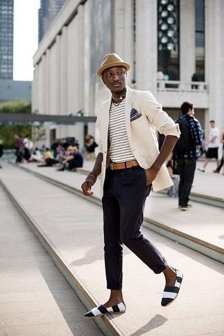 Comment porter: blazer beige, t-shirt à col rond à rayures horizontales blanc et noir, pantalon chino bleu marine, espadrilles en toile à rayures horizontales noires et blanches