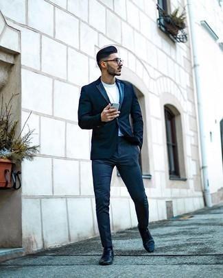 Comment porter un pantalon chino bleu marine: Porte un blazer bleu marine et un pantalon chino bleu marine pour prendre un verre après le travail. Jouez la carte classique pour les chaussures et complète cet ensemble avec une paire de des chaussures derby en cuir noires.