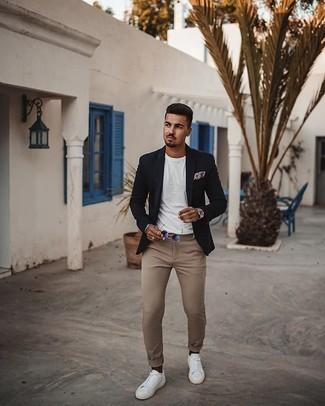 Comment porter des chaussettes marron foncé: Essaie d'associer un blazer bleu marine avec des chaussettes marron foncé pour une tenue relax mais stylée. Jouez la carte classique pour les chaussures et complète cet ensemble avec une paire de des baskets basses en toile blanches.