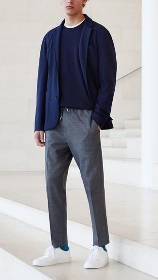 Comment porter un pantalon chino gris foncé: Un blazer bleu marine et un pantalon chino gris foncé sont un choix de tenue idéale à avoir dans ton arsenal. Jouez la carte décontractée pour les chaussures et fais d'une paire de baskets basses en toile blanches ton choix de souliers.