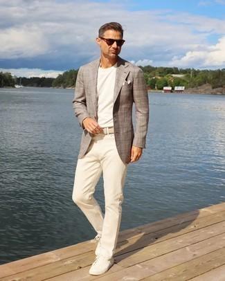 Comment s'habiller après 40 ans: Pense à harmoniser un blazer écossais marron avec un pantalon chino beige pour un look idéal au travail. Tu veux y aller doucement avec les chaussures? Opte pour une paire de baskets basses en toile blanches pour la journée.