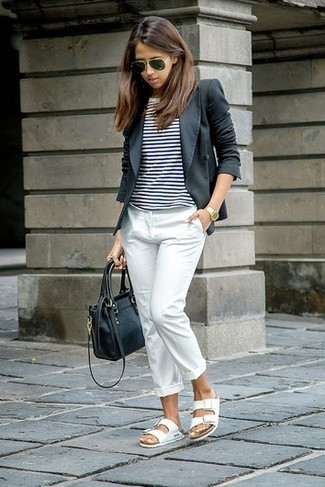 Comment porter: blazer gris foncé, t-shirt à col rond à rayures horizontales blanc et noir, pantalon de costume blanc, sandales plates en cuir blanches