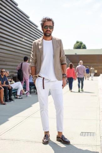 Comment porter: blazer en lin beige, t-shirt à col rond blanc, pantalon de costume en lin blanc, mocassins à pampilles en cuir marron foncé
