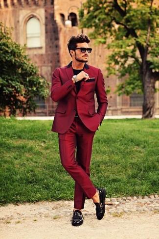 Comment porter: blazer bordeaux, t-shirt à col rond noir, pantalon de costume bordeaux, mocassins à pampilles en cuir noirs
