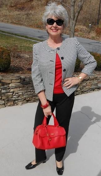 Comment porter: blazer en pied-de-poule blanc et noir, t-shirt à col rond rouge, pantalon de costume noir, escarpins en cuir noirs
