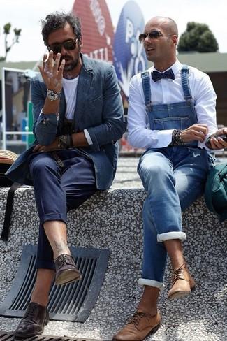 Comment porter un blazer en denim bleu marine: Essaie de marier un blazer en denim bleu marine avec un pantalon de costume bleu marine pour dégager classe et sophistication. Assortis ce look avec une paire de des chaussures derby en cuir marron foncé.