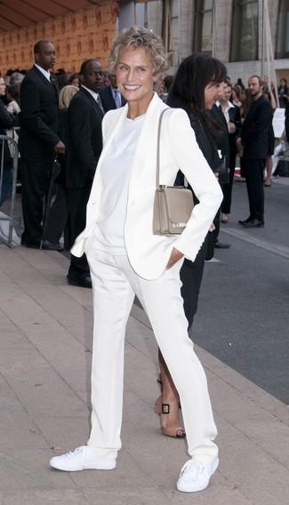 Tenue de Lauren Hutton: Blazer blanc, T-shirt à col rond blanc, Pantalon de costume blanc, Baskets basses en toile blanches