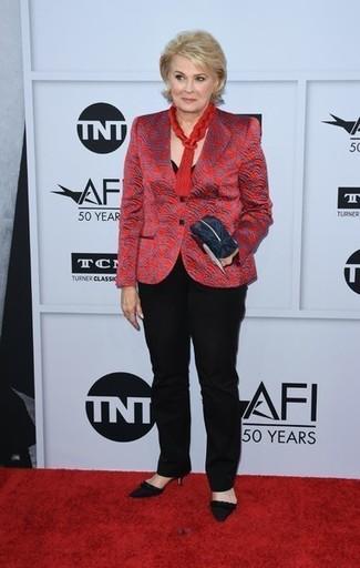 Comment porter: blazer imprimé rouge, t-shirt à col rond noir, pantalon de costume noir, escarpins en daim noirs