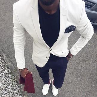 Comment porter: blazer blanc, t-shirt à col rond noir, pantalon de costume bleu marine, slippers en cuir blancs