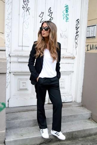 Comment porter: blazer noir, t-shirt à col rond blanc, pantalon de costume noir, baskets basses en cuir blanches