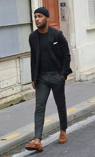 Comment porter: blazer noir, t-shirt à col rond noir, pantalon de costume en laine gris foncé, mocassins à pampilles en daim tabac