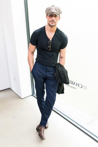 Comment porter: blazer noir, t-shirt à col rond noir, pantalon de costume bleu marine, bottines chelsea en cuir marron foncé