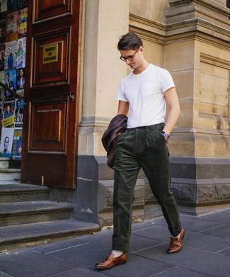 Comment porter: blazer pourpre foncé, t-shirt à col rond blanc, pantalon de costume en velours côtelé vert foncé, slippers en cuir marron