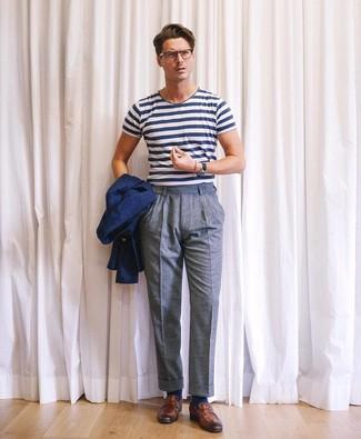 Comment porter: blazer bleu marine, t-shirt à col rond à rayures horizontales blanc et bleu marine, pantalon de costume en laine bleu, slippers en cuir marron