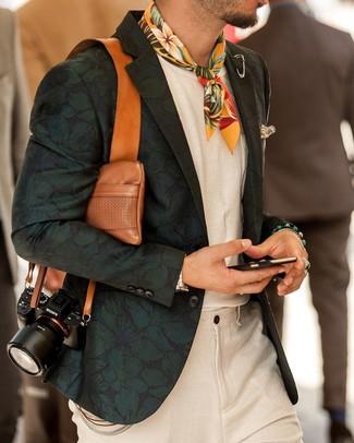 Comment porter: blazer à fleurs vert foncé, t-shirt à col rond blanc, pantalon de costume en lin beige, bandana à fleurs jaune