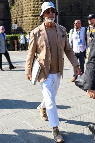 Comment porter un pantalon de costume: Pense à associer un blazer marron clair avec un pantalon de costume pour une silhouette classique et raffinée. Mélange les styles en portant une paire de des chaussures de sport marron clair.