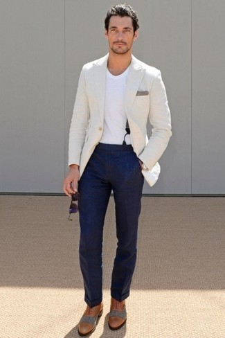 Comment porter des lunettes de soleil violettes: Pense à porter un blazer blanc et des lunettes de soleil violettes pour une tenue relax mais stylée. Jouez la carte classique pour les chaussures et choisis une paire de des chaussures richelieu en cuir tabac.