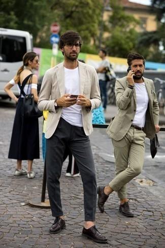 Comment porter une montre en cuir marron foncé: Pour une tenue aussi confortable que ton canapé, marie un blazer beige avec une montre en cuir marron foncé. D'une humeur audacieuse? Complète ta tenue avec une paire de des chaussures derby en cuir bordeaux.