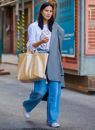 Comment porter: blazer gris, t-shirt à col rond imprimé bleu clair, pantalon large en denim bleu, baskets basses en toile blanches