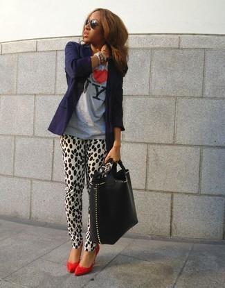 Comment porter: blazer bleu marine, t-shirt à col rond imprimé gris, pantalon slim imprimé léopard blanc et noir, escarpins en cuir rouges