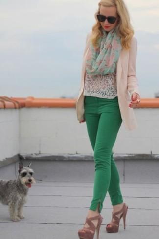 Comment porter: blazer beige, t-shirt à col rond en dentelle blanc, pantalon slim vert, sandales à talons en daim marron
