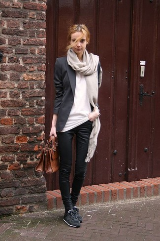 Comment porter: blazer noir, t-shirt à col rond blanc, pantalon slim noir, baskets basses noires