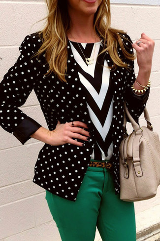 Comment porter un blazer á pois noir et blanc: Pour créer une tenue idéale pour un déjeuner entre amis le week-end, pense à harmoniser un blazer á pois noir et blanc avec un pantalon slim vert.