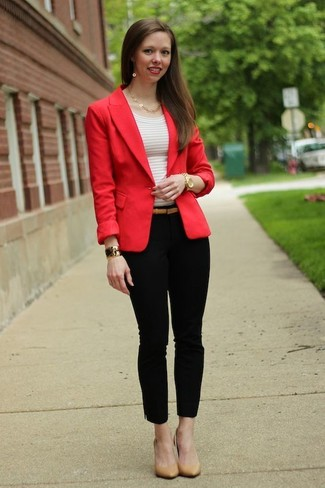 Comment porter: blazer rouge, t-shirt à col rond à rayures horizontales blanc, pantalon slim noir, escarpins en cuir marron clair