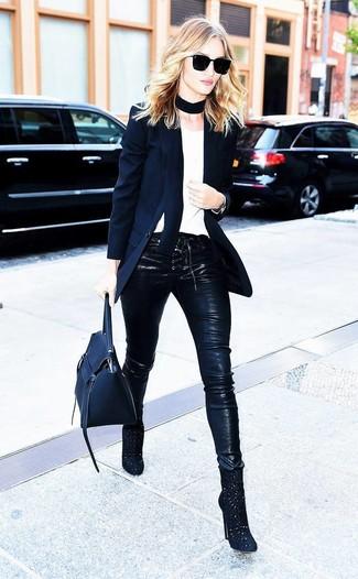 Comment porter: blazer noir, t-shirt à col rond blanc, pantalon slim en cuir noir, bottines en daim découpées noires