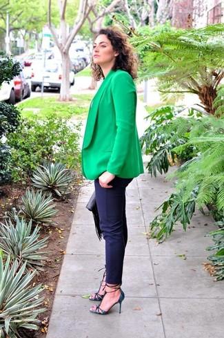 Comment porter: blazer vert, t-shirt à col rond blanc, pantalon slim bleu marine, escarpins en cuir imprimés serpent bleu marine
