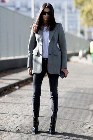 Comment porter: blazer gris, t-shirt à col rond blanc, pantalon slim noir, bottines en cuir noires