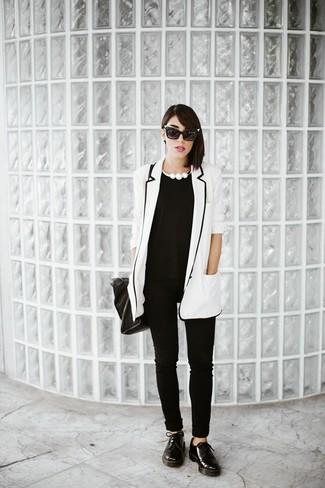 Comment porter: blazer blanc et noir, t-shirt à col rond noir, pantalon slim noir, chaussures derby en cuir noires